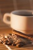 Kaffebönor och kanel med rök Royaltyfri Bild