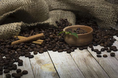 Kaffebönor och kanel på tabellen royaltyfria bilder