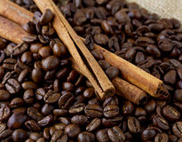 Kaffebönor och kanelbruna pinnar Arkivbilder