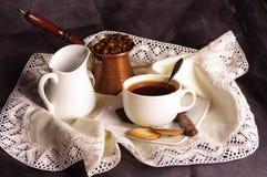 Kaffebönor och kopp. Fotografering för Bildbyråer