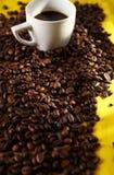 Kaffebönor och kuper royaltyfria bilder
