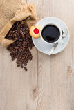 Kaffebönor och kuper Arkivfoto