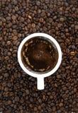 Kaffebönor och kuper av kaffe Top beskådar klart bruk för bakgrundskaffe Fotografering för Bildbyråer
