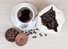 Kaffebönor och kuper av kaffe Top beskådar klart bruk för bakgrundskaffe Royaltyfri Bild