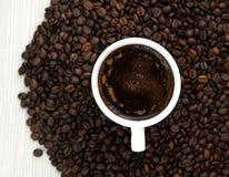 Kaffebönor och kuper av kaffe Top beskådar klart bruk för bakgrundskaffe Arkivbild