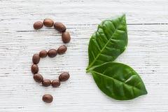 Kaffebönor och leaves arkivfoton