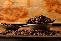 Kaffebönor och mörk choklad i bunke i tappning utformar Arkivbild