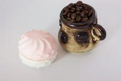 Kaffebönor och marshmallower royaltyfria foton