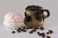 Kaffebönor och marshmallower arkivfoton