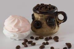 Kaffebönor och marshmallower fotografering för bildbyråer