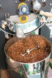 Kaffebönor och maskin Royaltyfria Bilder