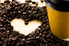 Kaffebönor och pappers- kopp royaltyfri fotografi
