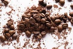 Kaffebönor och partiklar av svart choklad Arkivfoto