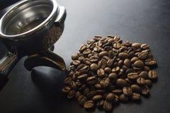Kaffebönor och Portafilter royaltyfria foton