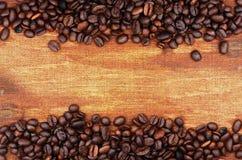 Kaffebönor och säckbakgrund Arkivfoton