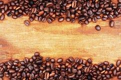 Kaffebönor och säckbakgrund Arkivbilder