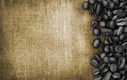 Kaffebönor och säckbakgrund Royaltyfri Fotografi
