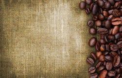 Kaffebönor och säckbakgrund Royaltyfri Bild
