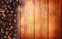 Kaffebönor och wood bakgrund Royaltyfria Foton