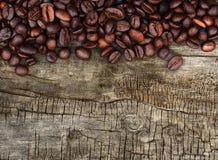 Kaffebönor och wood bakgrund fotografering för bildbyråer