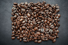Kaffebönor på bakgrund royaltyfri fotografi