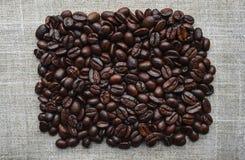 Kaffebönor på bakgrund royaltyfria bilder