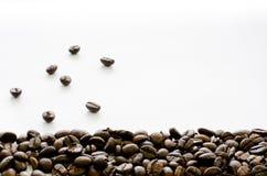 Kaffebönor på botten av vit bakgrund, kaffe, arom arkivfoto