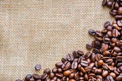 Kaffebönor på brun säckpåse Royaltyfria Foton