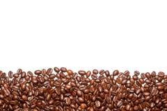 Kaffebönor på den vita bakgrunden Royaltyfri Fotografi