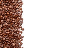Kaffebönor på den vita bakgrunden arkivbild