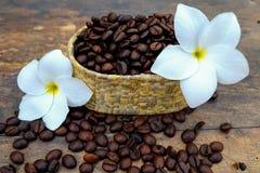 Kaffebönor på den wood tabellen Royaltyfri Fotografi
