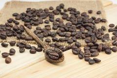 Kaffebönor på en kaffesked Arkivbilder