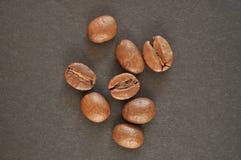 Kaffebönor på en svart bakgrund Royaltyfri Fotografi