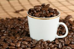 Kaffebönor på en tabell Royaltyfri Fotografi