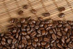 Kaffebönor på en tabell Fotografering för Bildbyråer