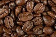 Kaffebönor på en tabell Arkivfoto