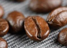 Kaffebönor på en tabell Arkivfoton