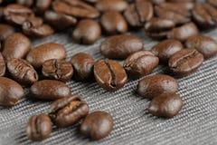 Kaffebönor på en tabell Royaltyfria Bilder