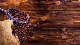 Kaffebönor på en träbakgrund Royaltyfri Bild