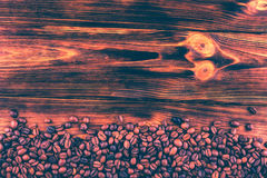 Kaffebönor på en träbakgrund tonad bild Royaltyfri Foto