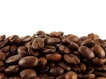 Kaffebönor på en vit bakgrund. Isolerat. Arkivbild