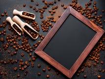 Kaffebönor på ett svart bakgrundsmellanrum Arkivbilder
