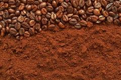 Kaffebönor på kaffepulverbakgrund Arkivbilder