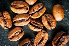 Kaffebönor på mörk bakgrund, makroskott Arkivbilder