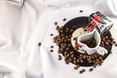 Kaffebönor på plattan Arkivfoto
