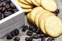 Kaffebönor på rostat bröd Royaltyfri Fotografi