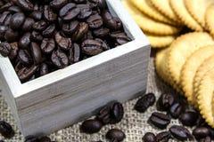 Kaffebönor på rostat bröd Arkivbilder