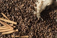 Kaffebönor på tabellen Arkivfoto