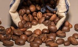 Kaffebönor på tabellen Royaltyfria Bilder