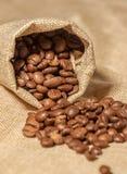 Kaffebönor på tabellen Fotografering för Bildbyråer